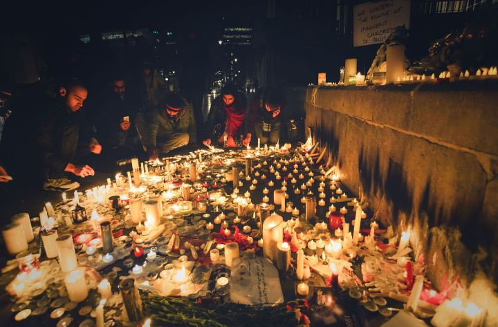 Candlelight_vigil_in_London_for_the_victims_of_the_Peshawar_school_siege.